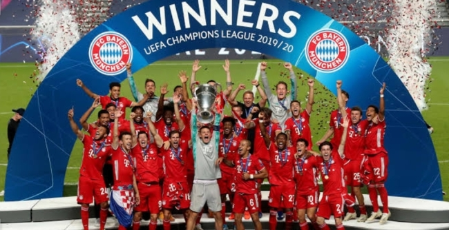 Bayern lifting the champions league trophy